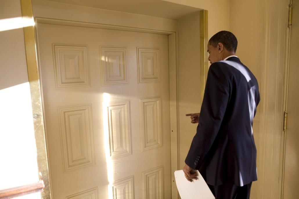 epa.09.01.21. - Washginton, USA: Barack Obama a fehér házi Ovális iroda ajtaja előtt 2009. január 21-én, az elnöki beiktatást követő napon első munkanapját. Első intézkedésével Obama 120 napra felfüggesztette a kihallgatásokat a guantanámói fogolytáborban