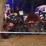 Fotók: Szinte teljesen kettészakadt egy autó az éjjel a Déli pályaudvarnál