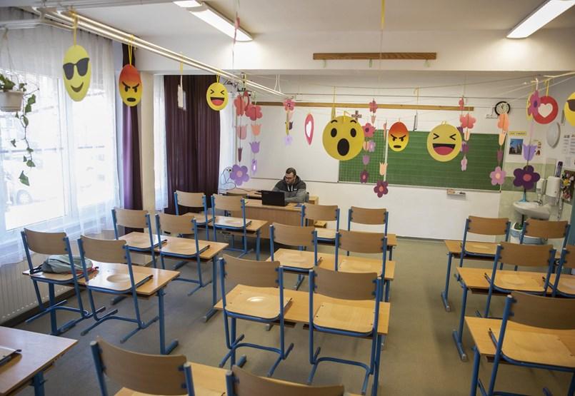 Kétkedés, tiltakozások és járványügyi szabályok: ma újranyitnak az iskolák az alsósoknak