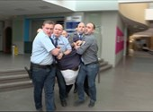 Itt egy felvétel arról, hogyan rángatták végig Hadházyt a zárt MTVA-folyosón