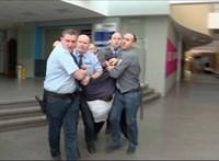 Eddig ismeretlen felvétel arról, hogyan rángatták végig Hadházyt a zárt MTVA-folyosón