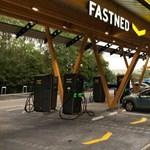 Huszonnyolc kocsi tölthető egyszerre ultragyorsan Európa legnagyobb töltőállomásán