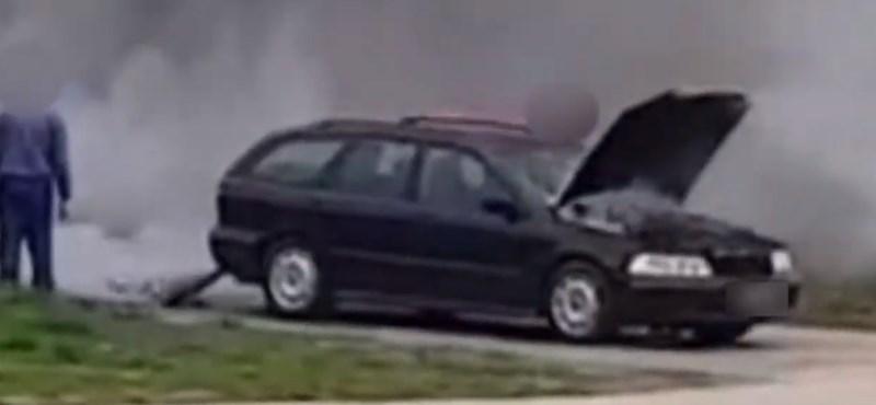 Beragadt gázpedál miatt okádta a füstöt egy Volvo Gyirmóton – videó
