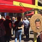 Fotók: Csányi arcképével tüntetnek a devizahitelesek a Belvárosban