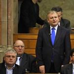 Azzal vádolják Hillert, hogy a Fidesz irányába mozdult el