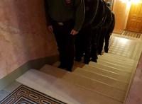 Felsorakoztatták az őröket az ülésterem bejáratánál – fotók
