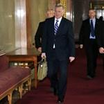 Fotók: Schmitt Pál táskával jött és távozott a Parlamentből