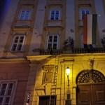 A Mi Hazánk leszedte a szivárványos zászlót a budapesti városházáról