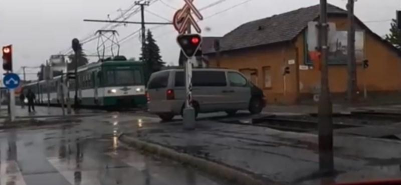 Áthajtott a HÉV előtt egy autós, pár méteren múlt a baleset