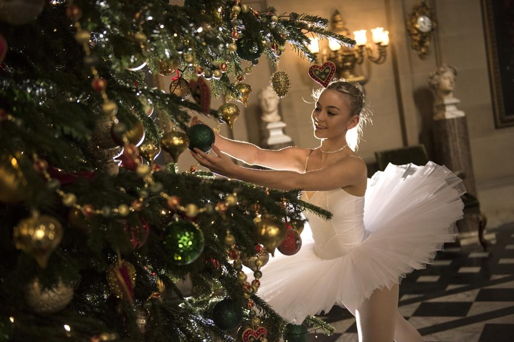 afp.16.11.04. Balett táncos karácsonyfát díszít az Észak-Londoni Bakewell mellett fekvő Chatsworth-ház kúriában.  karácsony, fenyőfa, balerina, balett, fenyőág, fenyőfadísz