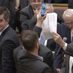 Úgy indul a parlament, hogy rögtön megbüntetnek két ellenzékit