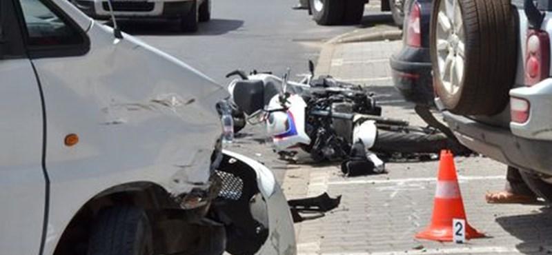 Mikrobusszal ütközött, majd parkoló autóknak csapódott egy motoros