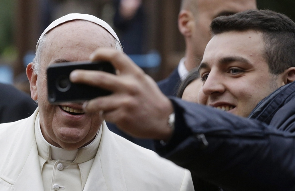 AP!!! december 24-ig!!! Ferenc pápa szelfi, selfie, 2014.12.14. Ferenc pápa egy hívővel fényképezkedik a római Szent József plébániatemplom előtt 2014. december 14-én.