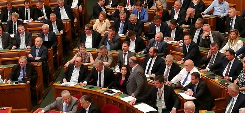 Így őrizte a Fidesz frakcióigazgatója, hogy mindenki jó gombot nyomjon a Stop Sorosnál