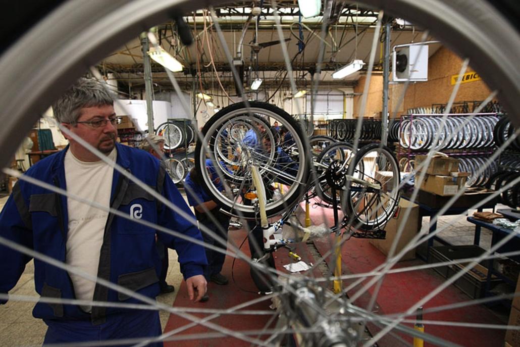 Ez már a végső fázis. A meós kollégák átvizsgálják a kerékpárokat, de nem ülnek rájuk, mert a gépeken még nincs pedál.