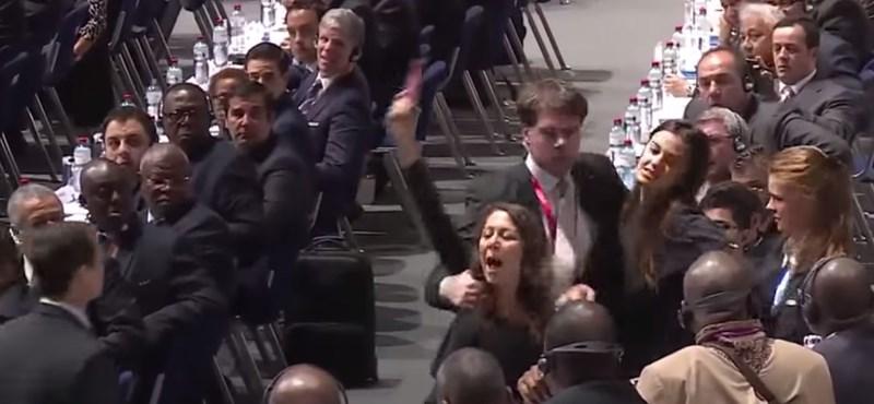 Megzavarta Blatter beszédét két nő a FIFA-kongresszuson – videó