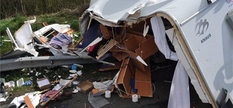 Egy lakás borult az M7-esre a Tárnoknál ütköző lakóbuszból – fotók
