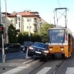 Elég egy BMW, hogy leálljon két villamosvonal – kép