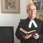 Vasalódeszka-oltárral reagált a megalázott tanár esetére egy pécsi lelkész