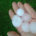 Rossz nézni, ahogy Zilahon tojásnyi jégdarabok verik az autókat – videó