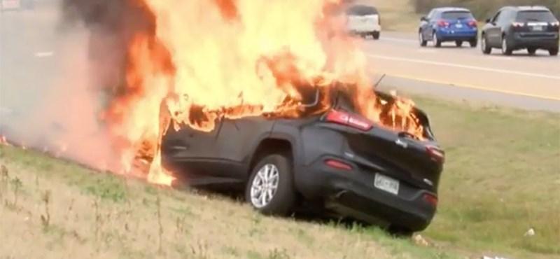 Sértetlen Bibliát és utast szedtek ki egy porrá éget kocsiból – videó