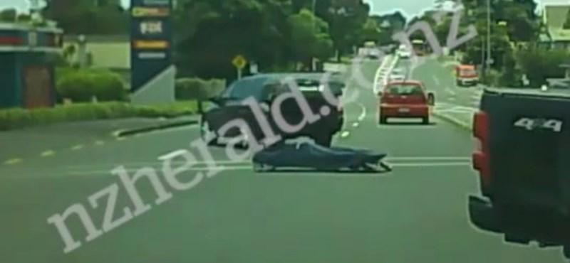 Kiesett a halott a kocsiból, majd végiggurult a kereszteződésen – videó