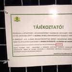Komoly helyesírási hiba a köztéri táblán: fotó