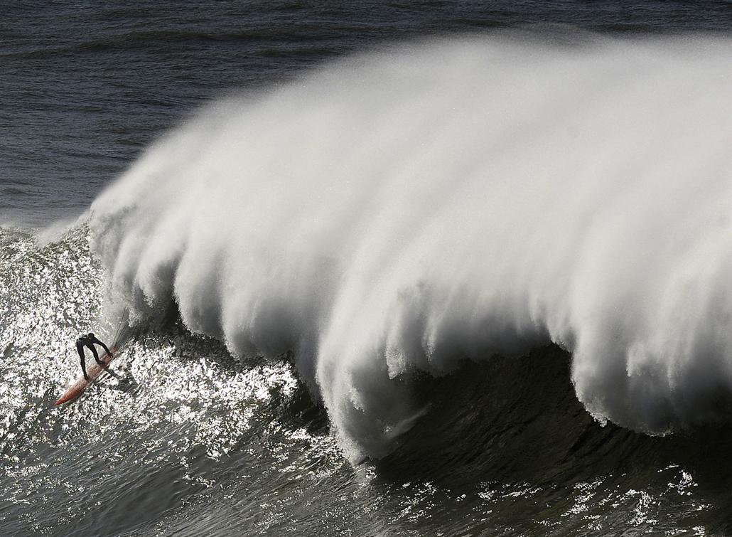 13.01.28. - Getxo, Spanyolország: hullámok üldözik az Arnette Punta Galea Big Wave World Tour egyik résztvevőjét - évképei, az év sportképei