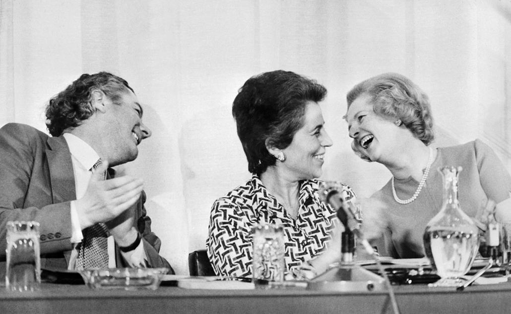 1975. április 24. - A brit Daily Express szerkesztője, Alastair Burnettel és a francia államtitkárral, Francois Girouddal rendezett konferencián, melynek témája a nók helyzete volt. - Margaret Thatcher