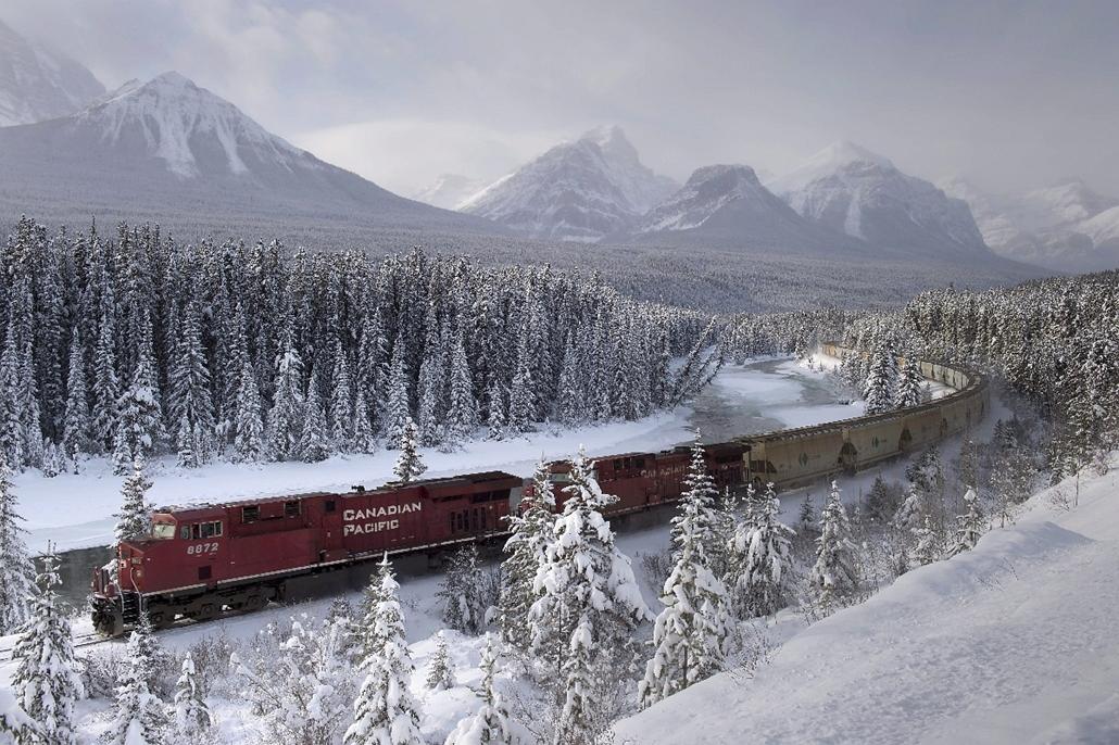 AP_! dec.15-ig! - 14.12.01. - Baker Creek, Kanada: a Canadian Pacific vasúttársaság egyik tehervonata az Alberta állambeli Baker Creek közelében - 7képei
