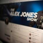 Lecsapott a Facebook: újabb 22 oldalát törölték az összeesküvés-elméleteket terjesztő rádiósnak