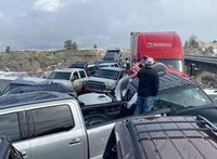 Autótemetővé változott egy híd egy tömegbaleset után az Egyesült Államokban
