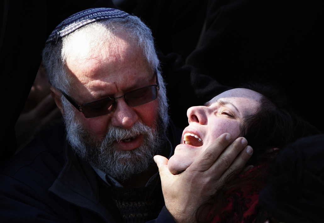 afp.15.01.29. - Jeruzsálem, Izrael: felesége siratja volt férjét, a 25 éves Yochai Kalangelt. A férfi egyike volt azon katonáknak, akik egy Hezbollah által intézett rakétatámadás során vesztették életüket a libanoni határnál. - 7képei