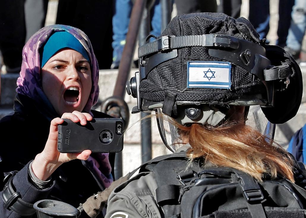 afp.17.12.08. - Plesztin tüntető üvölt egy izraeli katonával Jeruzsálem Óvárosában