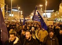 Az utcán folytatják a harcot a túlóratörvény ellen – élő