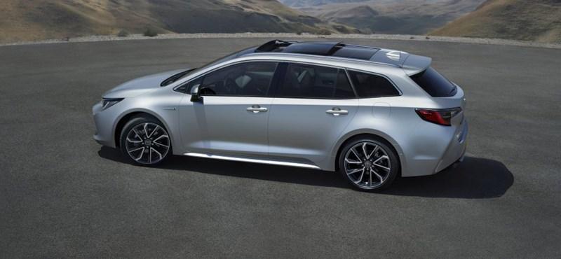 Lesz egy erős hibrid és egy spórolós is az új Toyota Corolla kombiból