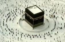 Távolságot tartva kerülik a Kába-követ a muszlim zarándokok