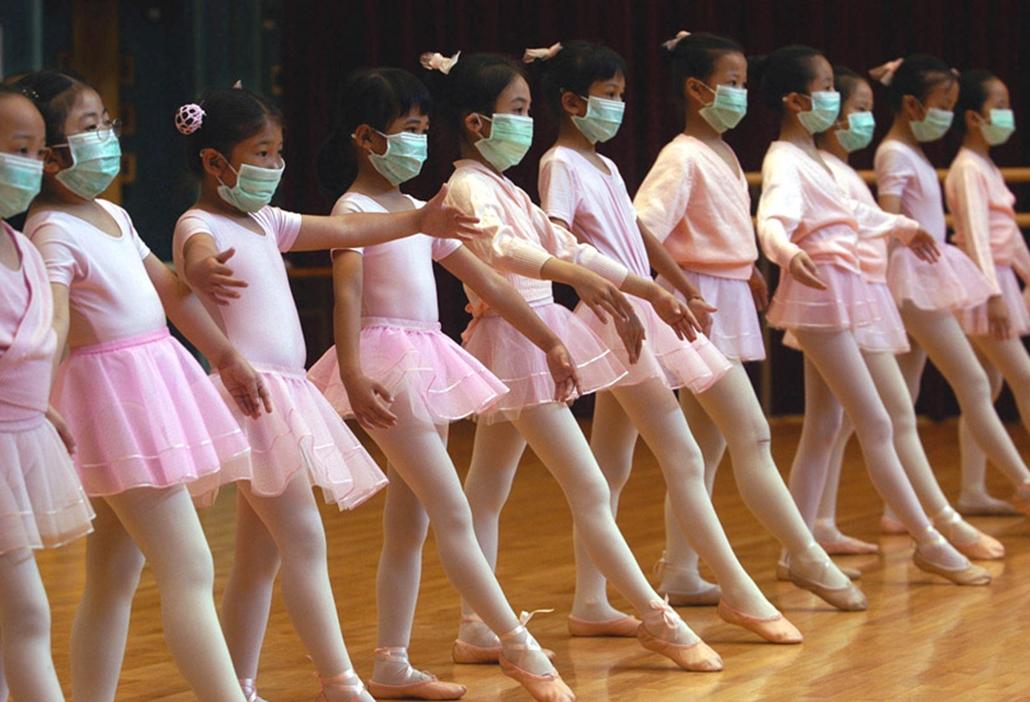 A SARS vírus miatt védőmaszkot viselnek balettozó gyerekek Hongkongban 2003 április 27-én.