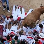 Pamplona: hónaljon döfött a bika egy amerikai férfit