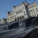 PM-es politikusokat vittek el a rendőrök a Parlament elől – fotók