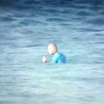 Élő adásban támadt cápa egy ausztrál szörfbajnokra – videó