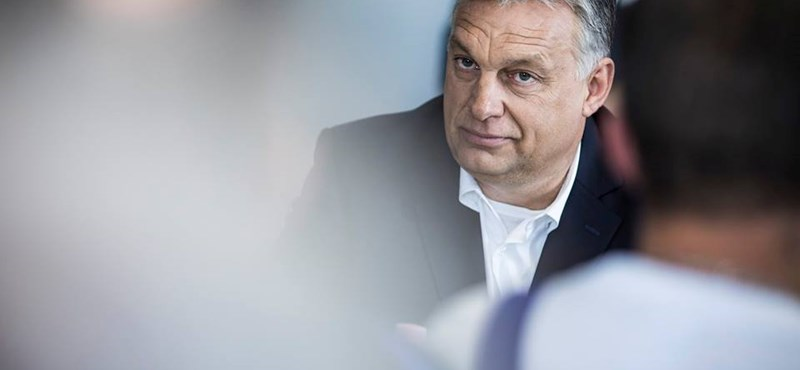Segítsen megfejteni, kivel fagyizik ilyen vidáman Orbán Viktor