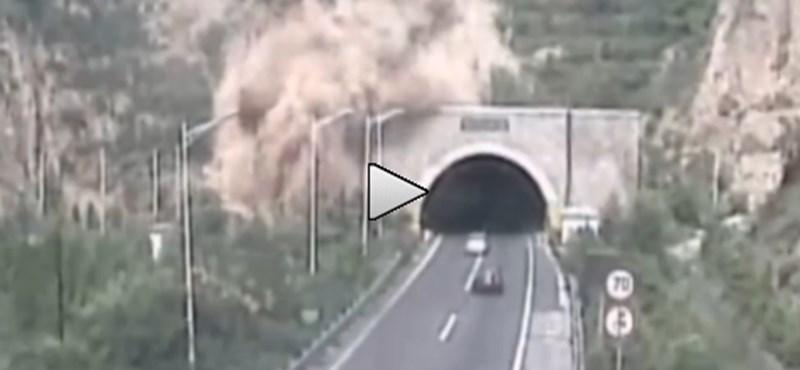 Így zárja el több tonna föld a közúti alagút bejáratát – videó
