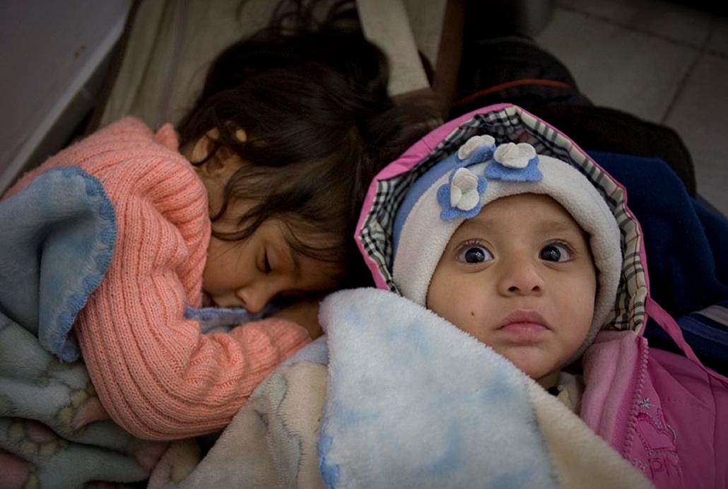 Afgán menekültek elfogás után a rendőrségi fogdán- embercsempészek, menekültek, illegális határátlépés, határőrség, rendőrség,