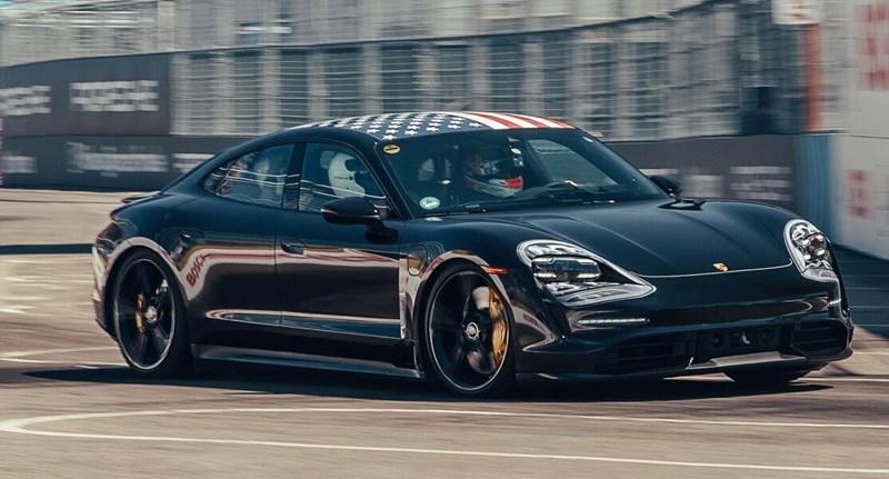 Az utastérben is új világ az elektromos Porsche Taycan