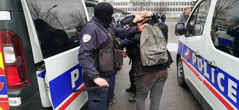 Tarkóra kulcsolt kézzel térdepeltettek tüntető francia diákokat rohamrendőrök – fotó, videó