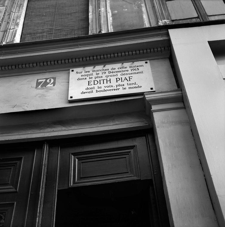 1966. augusztus - Belleville, Párizs, Franciaország: emléktábla az énekesnő lakásának épületén - Edith Piaf