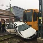 Autót gyűrt maga alá az 50-es villamos az Üllői úton - fotó