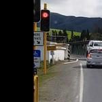 Instant karma: áthajtott a piroson a sofőr, de a tolatás már nem ment neki – videó