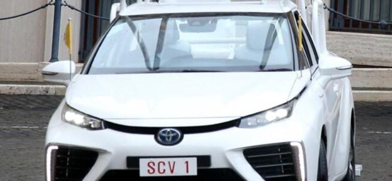 Hidrogénhajtású Toyotával járhat ezentúl Ferenc pápa